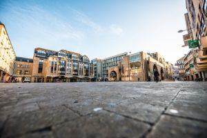 Place principale de Louvain-la-Neuve ; à proximité de l'UCL.