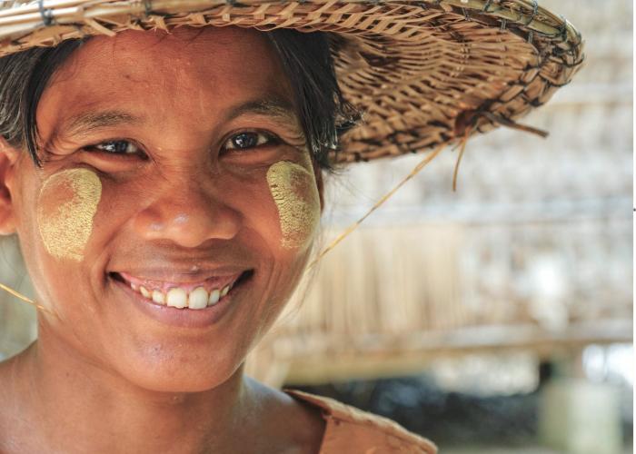 Femme asiatique, gros plan, souriante avec un chapeau artisanal