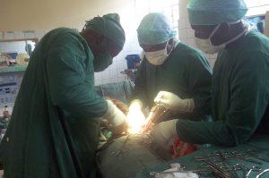 Photo d'une opération afin de reconstruire les femmes victimes de viols et de violences sexuelles au Congo.
