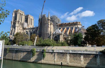 Vue extérieure des échafaudages sur la cathédrale de Notre-Dame de Paris